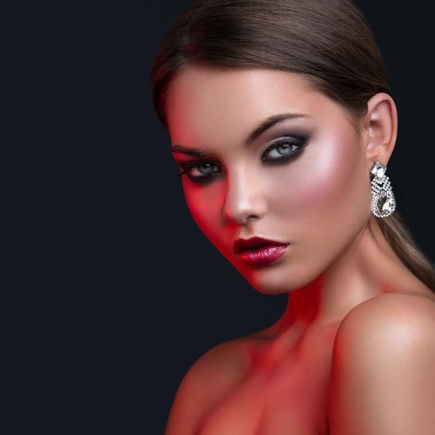 Portret van vrouw met mooie oorbellen Premium Foto