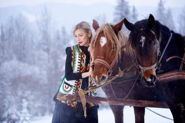 Portret van vrouw op winterdag op besneeuwde landschap-achtergrond Premium Foto