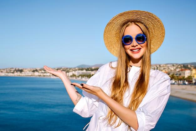 Portret van vrouw poseren in de buurt van blauwe zee in de franse stad cannes Gratis Foto