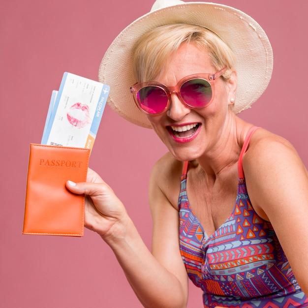 Portret van vrouw van middelbare leeftijd gaan op zomervakantie Gratis Foto