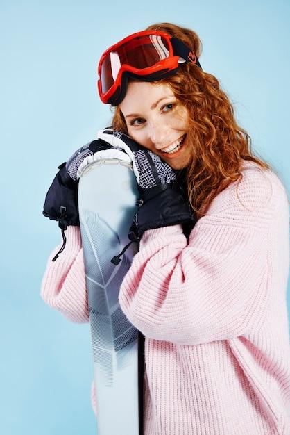 Portret van vrouwelijke snowboarder bij studioschot Gratis Foto