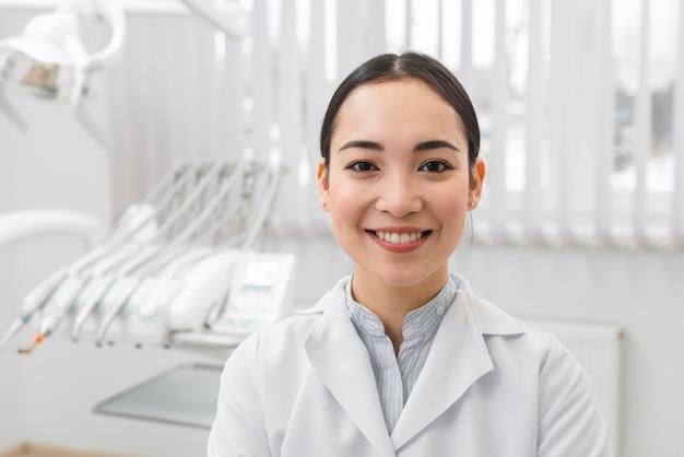 Portret van vrouwelijke tandarts Gratis Foto
