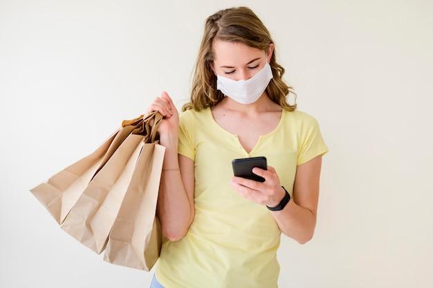 Portret van vrouwenholding het winkelen zakken Gratis Foto