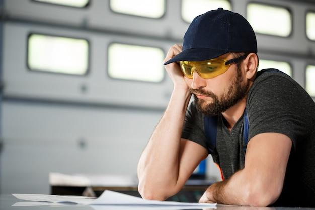 Portret van werknemer in overall, staalfabriek Gratis Foto