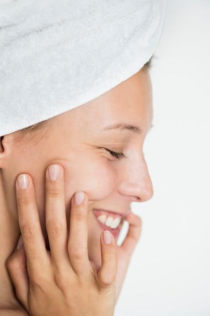Portret van witte vrouw die haar dagelijkse skincareroutine doet Gratis Foto