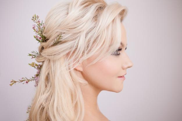 Portret van zachte jonge vrouw met blond haar. trendy kapsel Premium Foto