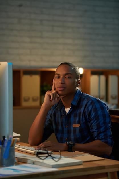 Portret van zekere administratieve arbeider Gratis Foto