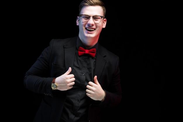 Portret van zekere knappe opgewekte gelukkige elegante verantwoordelijke zakenman met omhoog duimen Premium Foto