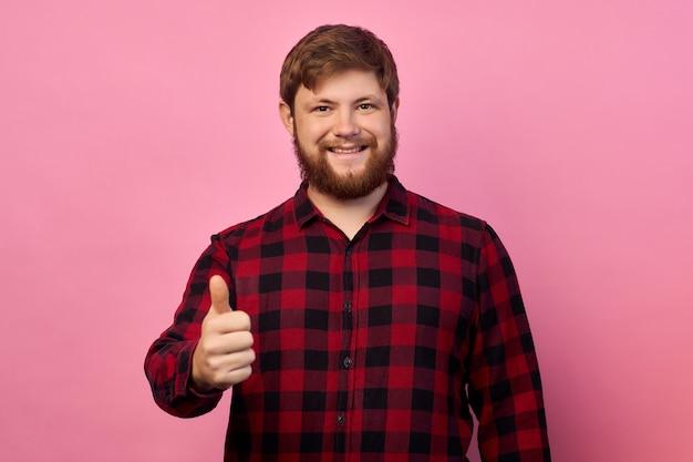 Portret van zijn hij mooie aantrekkelijke vrolijke vrolijke blije kerel met thumbup advertentie oplossing besluit geïsoleerd op heldere levendige glans levendige lila roze kleur achtergrond Premium Foto