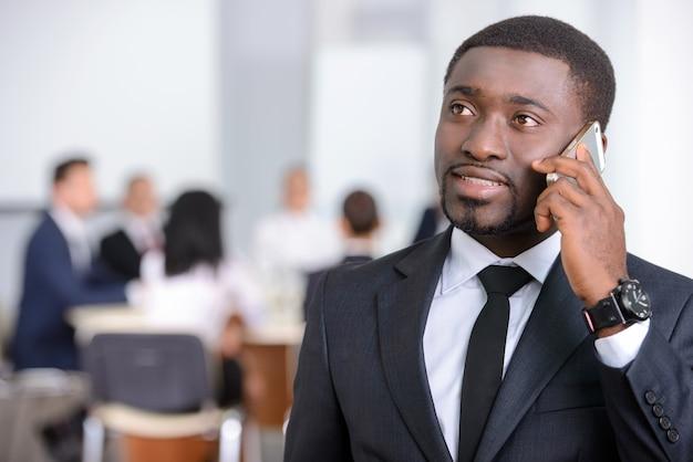 Portret van zwarte zakenman met mensengroep. Premium Foto