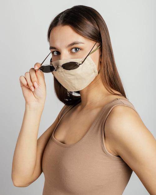 Portret vrouw met masker en zonnebril Gratis Foto