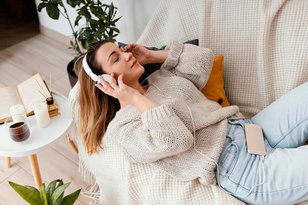 Portret vrouw thuis mediteren Premium Foto