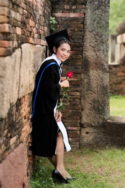Portret vrouwelijke afgestudeerden dragen blauwe afstuderen. Premium Foto