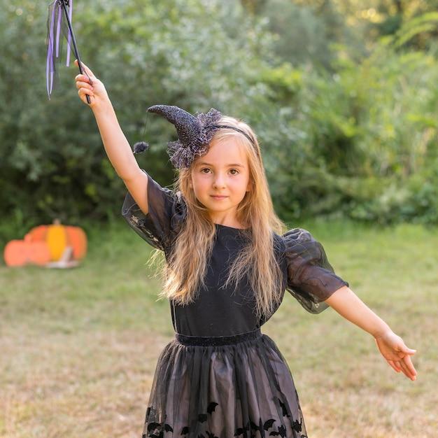 Portretmeisje met kostuum voor halloween Gratis Foto
