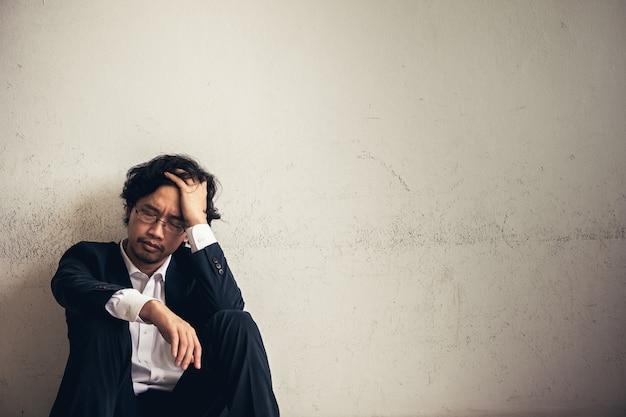 Portretten van aziatische zakenman beklemtoond door werk Premium Foto