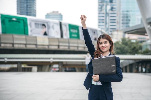 Portretten van mooie aziatische vrouw zien er vrolijk uit en vertrouwen staat en voelt succes Premium Foto