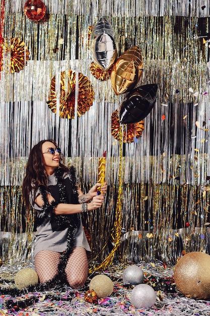 Portretvrouw die van partij en confettien genieten Gratis Foto