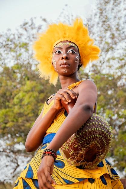 Portretvrouw met kostuum voor carnaval Gratis Foto
