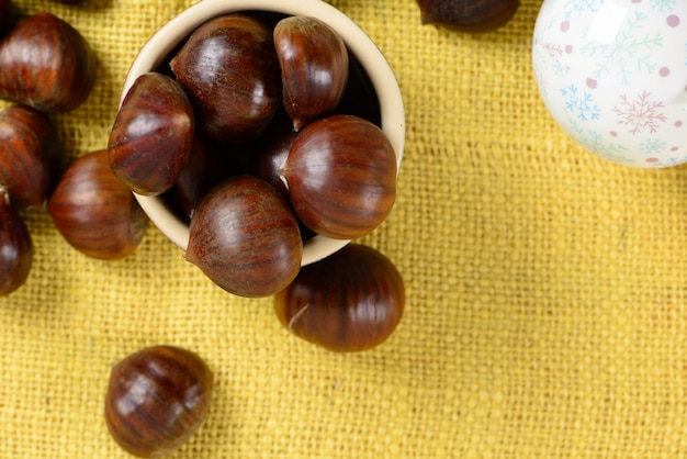 Portugese noten in keramische container op tafel met gele jute Premium Foto