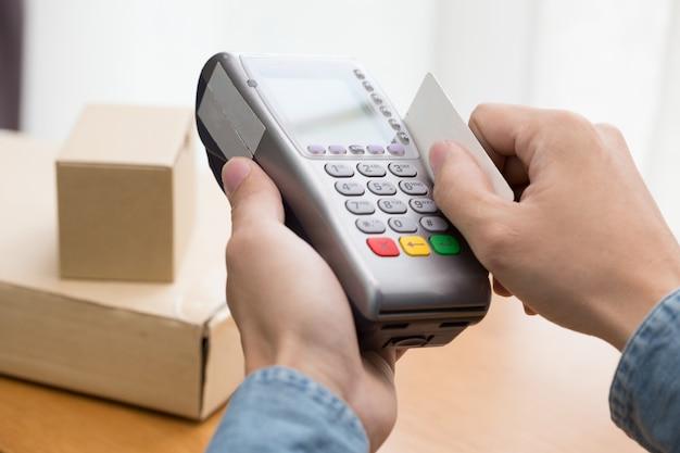 Pos-terminal bevestigt de betaling per creditcard Premium Foto