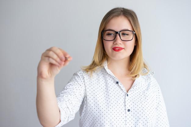 Positief gerichte zakelijke trainer die presentatie houdt Gratis Foto