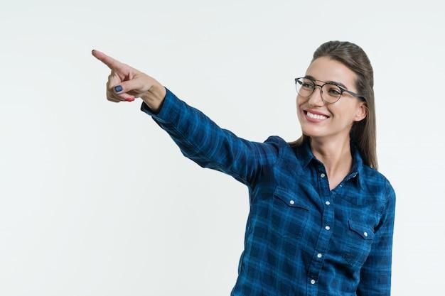 Positieve jonge vrouw die zijn vinger richt Premium Foto
