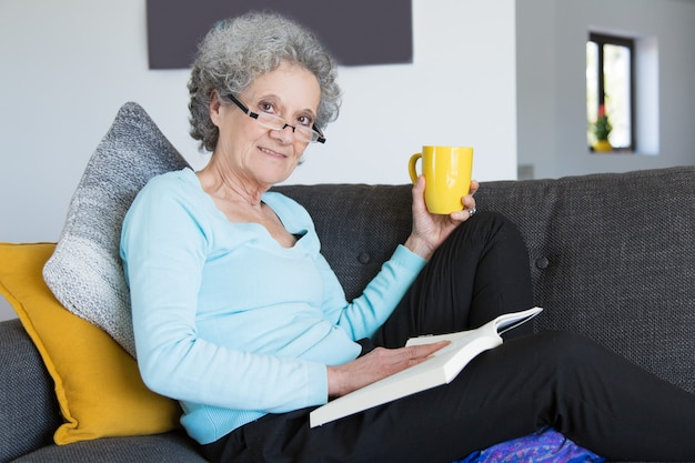 Positieve oudere dame die aan knieziekte lijdt Gratis Foto