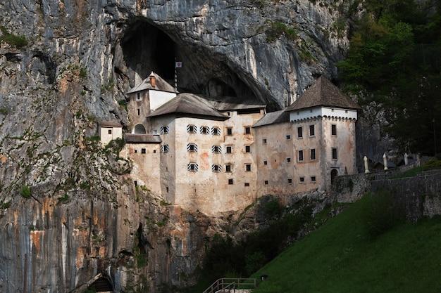 Postojna-kasteel in bergen van slovenië Premium Foto