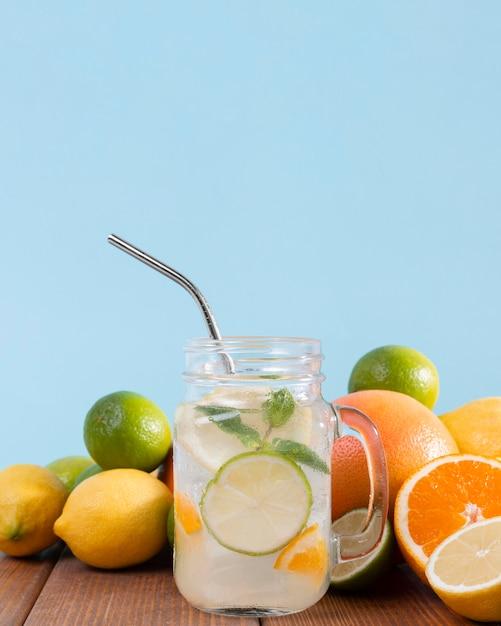 Pot met citrus drankje Gratis Foto