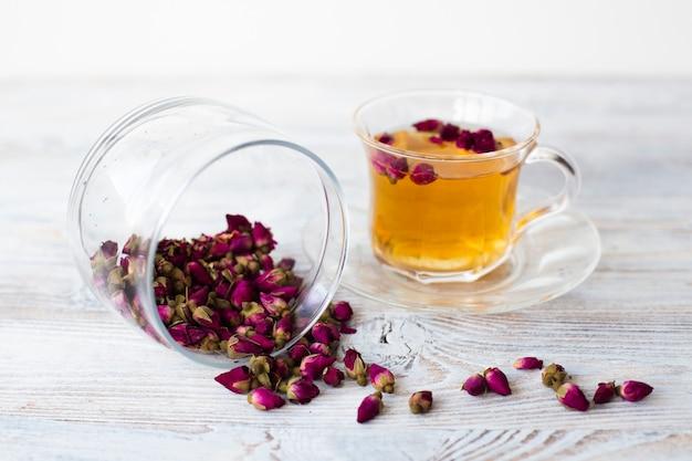 Pot met gedroogde bloemen en kopje thee Gratis Foto