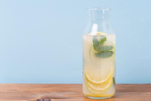 Pot met limonade op tafel Gratis Foto