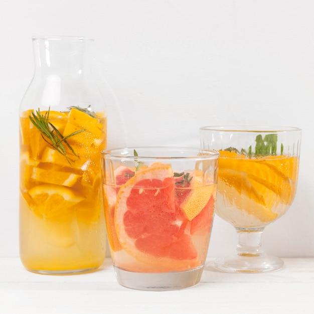 Pot met verfrissend fruit drankje Gratis Foto
