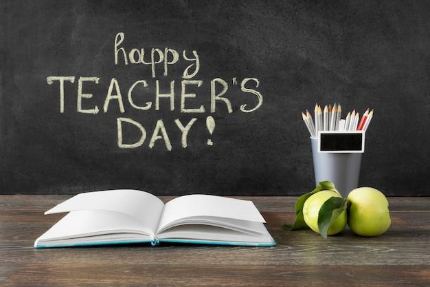 Potloden en boek gelukkig leraar dag concept Premium Foto