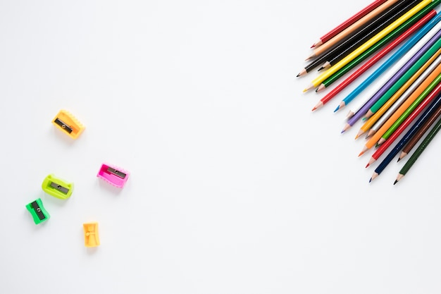 Potloden en puntenslijpers op witte achtergrond Gratis Foto