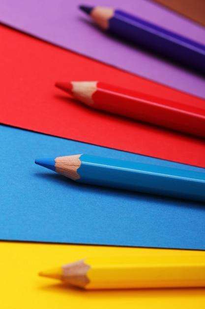 Potloden op kleurrijk papier Gratis Foto