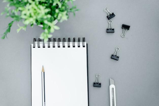 Potloden, paperclips en notitieblok Premium Foto