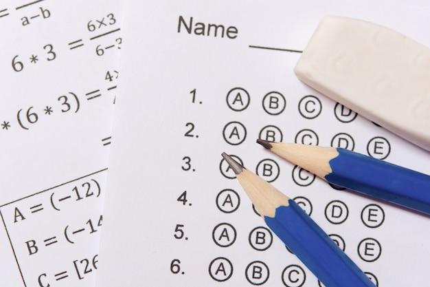 Potlood en gum op antwoordbladen of gestandaardiseerd testformulier met geborrelde antwoorden. multiple choice antwoordblad Premium Foto