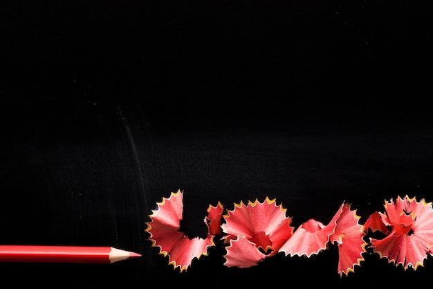 Potlood met spaanders op zwart bureau Gratis Foto