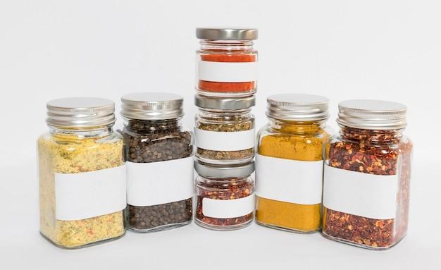 Potten met samenstelling van specerijen en kruiden Gratis Foto