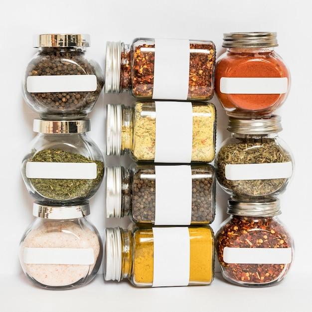 Potten met specerijen en kruiden arrangement Gratis Foto