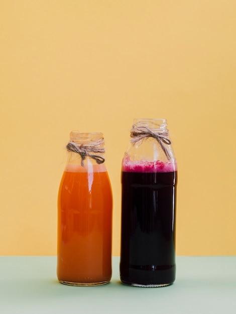 Potten met verse rode biet en wortelsap Gratis Foto