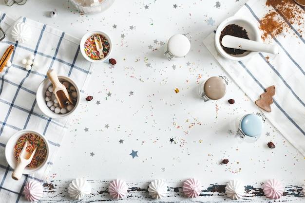 Potten van snoep op de tafel met koekjes en snoep Premium Foto