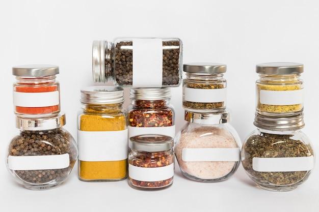 Potten van verschillende grootte met kruiden Gratis Foto