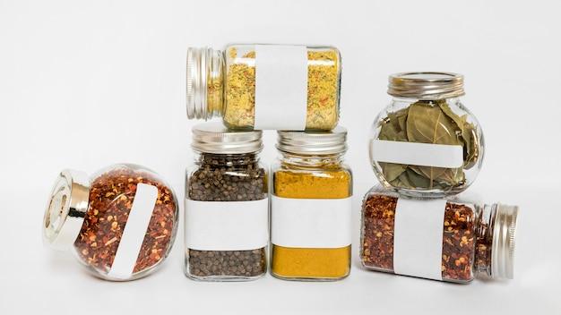 Potten van verschillende grootte met specerijen en kruiden Gratis Foto
