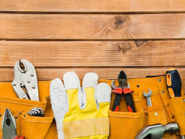 Pouch met werktuigen van timmerman op tafel Premium Foto
