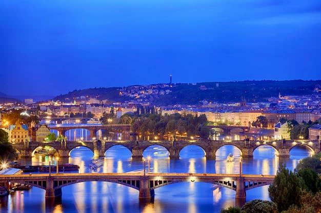 Praag bij schemering blauw uur, mening van bruggen op vltava Premium Foto