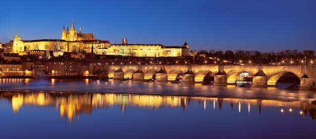 Praag 's nachts, de karelsbrug en het kasteel Premium Foto