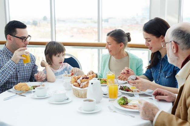 Praat bij het ontbijt Gratis Foto