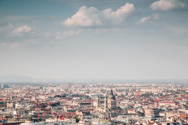 Prachtig bovenaanzicht shot van een stad op een zonnige dag Gratis Foto