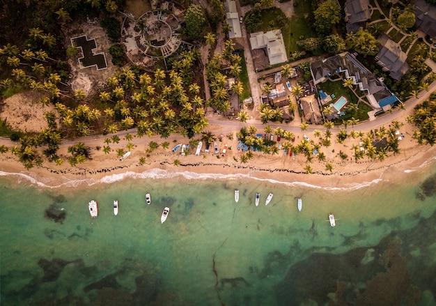 Prachtig bovenaanzicht van huizen en kleine boten geparkeerd in de buurt van de kust Gratis Foto